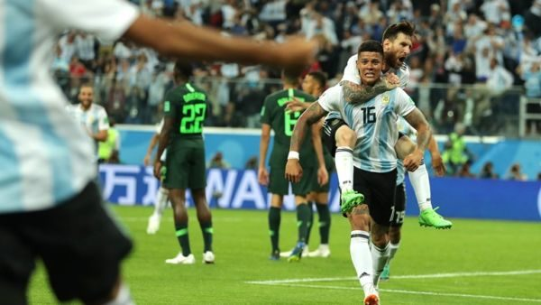 Com gol de Messi e sofrimento 69e7929426563