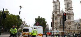 Estação em Londres é fechada após motorista bater em barreiras