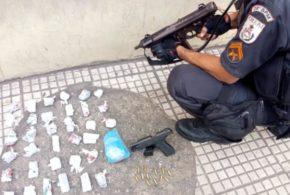 PM prende suspeito de ser gerente do TCP com arma e drogas em Volta Redonda