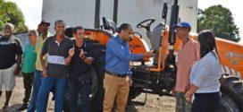 Porto Real entrega trator para produtores rurais