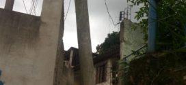 Poste tombando em praça preocupa moradores