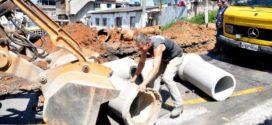 Prefeitura de Volta Redonda tapa crateras que se abriram na cidade