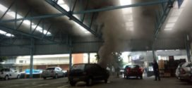 Carro pega fogo em estacionamento de supermercado