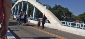 Motociclista bate em carro na Ponte dos Arcos