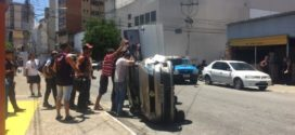 Carro capota no Centro de Barra Mansa; veja vídeo