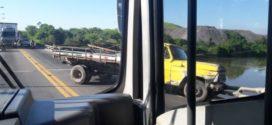 Motorista perde controle e caminhão fica pendurado em ponte na BR-393
