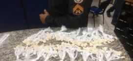 Suspeito é preso durante troca de plantão do tráfico de drogas