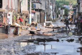 Moradores dos bairros afetados pela chuva se unem e contabilizam prejuízo