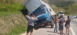 Caminhão cai em valeta e tomba na Dutra em Piraí