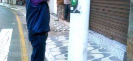 Empresa é autuada por colagem de cartazes no bairro Cotiara, em Barra Mansa