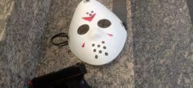 Jovem é flagrado com réplica de pistola e máscara do 'Jason'