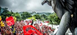 Amor e confusão marcam embarque do Flamengo rumo à Lima
