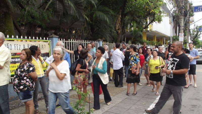 Eleitores fazem fila para cadastro biométrico em Volta Redonda - Diario do Vale