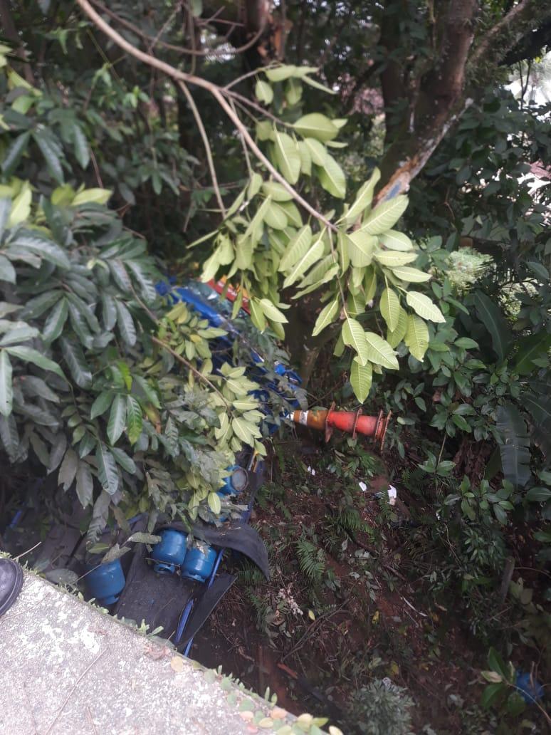 Caminhão cai em barranco após motorista perder controle em Angra dos Reis - Diario do Vale