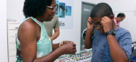 Idosos e jovens recebem nova remessa de óculos em Barra Mansa