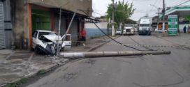 Motorista bate em poste na Avenida Presidente Kennedy em Barra Mansa