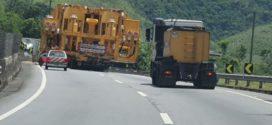 Veículo com carga superdimensionada passa pela Via Dutra no Sul Fluminense