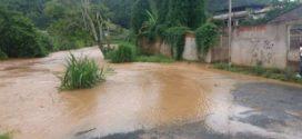 Fotos do mesmo local com diferença de cinco minutos mostram rio subindo rápido em Barra Mansa
