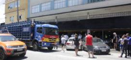 Acidente entre carreta e dois veículos de passeio deixa trânsito lento no bairro Niterói