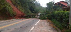 RJ-155 fica bloqueada após queda de barreira em Rio Claro