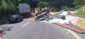 Tombamento de caminhão interdita a descida da Serra das Araras em Piraí