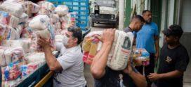 Rede de supermercado atacadista doa 560 cestas básicas para famílias de Volta Redonda