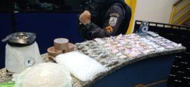 PM estoura pontos de venda e embalagem de drogas em Barra Mansa