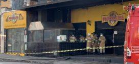 Bombeiros apagam fogo em restaurante no bairro Aterrado
