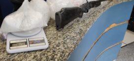 PM apreende espingarda e drogas no Jardim América, em Barra Mansa