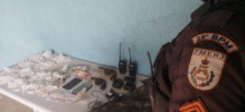 Dupla é presa com arma e drogas em Três Poços