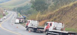 Carreta cegonha sai da pista na BR-393, em Barra do Piraí