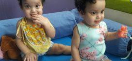 Cirurgia rara de separação de irmãs siamesas de Rio Claro completa um ano
