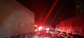 Fusca com documentos vencidos  desde 1999 bate em caminhão
