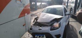 Acidente entre carro e ônibus é registrado na Via Sérgio Braga, em Barra Mansa