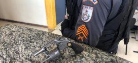 Suspeito é preso por porte ilegal de arma após denúncia, em Pinheiral