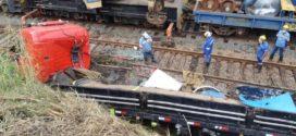 Carreta sai da pista e cai sobre linha férrea em Barra Mansa