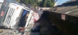 Caminhão tomba e atinge telhado da casa de Rodrigo Drable