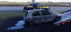 Veículo pega fogo na Dutra, em Itatiaia