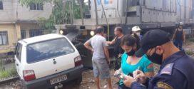 Carro é atingido por trem no bairro Vista Alegre em Barra Mansa
