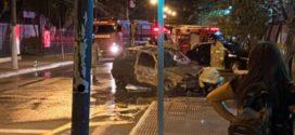 Carro pega fogo próximo ao Shopping Popular, na Vila Santa Cecília, em Volta Redonda