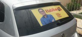 Habibe e Jorge Alexandre adesivam carros de apoiadores