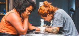Tatuadora de Angra oferece tatuagens reconstrutoras de mamilos gratuitas para mulheres que tiveram câncer