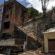 Casa que ameaçava desabar é demolida no bairro Cotiara em Barra Mansa