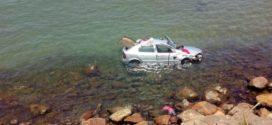 Carro que caiu no mar de Angra dos Reisdeverá ser içado nesta segunda-feira
