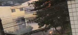 Incêndio em rua do Colégio Macedo Soares assusta moradores em Volta Redonda