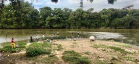 Pescadores amadores realizam atividade de pesca no Rio Paraíba