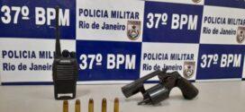 Adolescente é flagrado com revólver municiado dentro de casa em Resende
